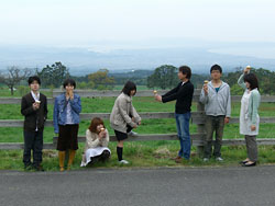 「大山みるくのまきば」で植田正治の演出写真風に撮った記念写真